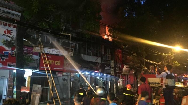 [Video] Cháy nhiều cửa hàng tại phố Đê La Thành, Hà Nội