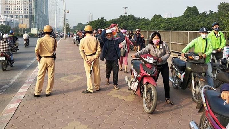 [Video] Hàng dài người dắt bộ xe máy trên vỉa hè né tắc đường ở Hà Nội