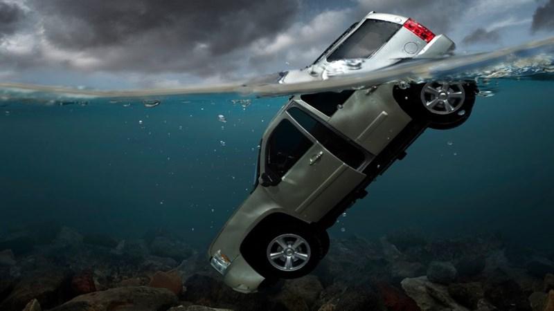 [Infographic] Nhân vụ Mercedes lao xuống sông Hồng: 5 bước thoát chết