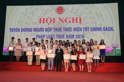 Hà Nội tuyên dương hơn 400 người nộp thuế tốt năm 2016