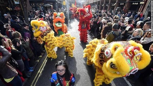 San Francisco có Chinatown lớn nhất nằm ngoài châu Á, nhưng thành phố London (Anh) mới là nơi có lễ hội mừng Tết Nguyên Đán lớn nhất. Lễ hội bắt đầu với cuộc diễu hành đầy màu sắc qua khắp các đường phố khu vực West End. Tiếp đó là những màn biểu diễn tại quảng trường Trafalgar như múa hát truyền thống, múa lân, biểu diễn võ thuật. Kết thúc chương trình tại Trafalgar là màn pháo hoa ngoạn mục. Ảnh: CNN.