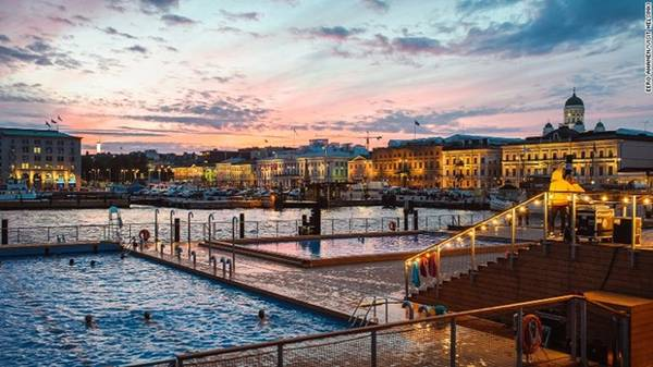 """Theo quan niệm, việc chuẩn bị trước Tết Nguyên Đán cũng quan trọng như những ngày tết. Vì thế, việc đi spa và tắm hơi, """"làm mới"""" lại cơ thể là một lựa chọn hợp lý. Allas Sea Pool là một tổ hợp tắm hơi công cộng tại Phần Lan với tầm nhìn tuyệt đẹp ra thủ đô Helsinki. Du khách có thể ngâm mình trong hồ nước hướng về phía biển trước khi vào tắm hơi trong phòng. Ảnh: CNN."""