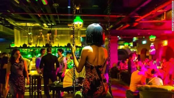 Maggie Choo's là một quán bar phong cách Thượng Hải giữa lòng thủ đô Bangkok (Thái Lan), địa điểm thích hợp để đón Tết Nguyên Đán. Quán nằm dưới tầng hầm khách sạn Novotel Bangkok Fenix Silom, cửa vào bằng gỗ, các phòng riêng biệt với ánh đèn mờ, gợi cảm giác bí ẩn và phong cách. Ảnh: CNN.