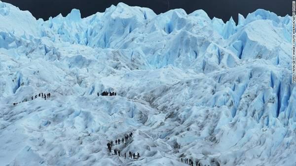Nếu muốn phiêu lưu mạo hiểm ngay trong những ngày đầu của năm mới, hãy tới leo núi tại Công viên Quốc gia Los Glaciares thuộc vùng Patagonia, Argentina. Công viên nổi tiếng với phong cảnh ngoạn mục, bao gồm 47 sông băng và ba hồ lớn. Thời tiết tháng 1 và tháng 2 tại đây ấm hơn những thời điểm khác trong năm, tạo điều kiện lý tưởng để tham quan. Ảnh: CNN.