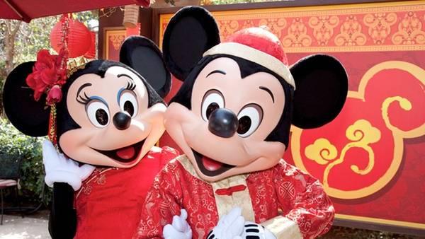 Công viên Disney tại thành phố Los Angeles (Mỹ) cũng được gợi ý cho dịp Tết Nguyên Đán. Tại công viên giải trí nổi tiếng nhất Los Angeles thời điểm này, các robot trong phim Tranformers sẽ chào du khách bằng tiếng Trung Quốc, chuột Mickey mặc trang phục Trung Quốc. Các nhân vật đến từ Trung Quốc như gấu trúc Po và hổ Tigress (phim Kung Fu Panda), Mộc Lan và Mushu (phim Mulan) cũng sẽ xuất hiện. Ảnh: Disney Parks.