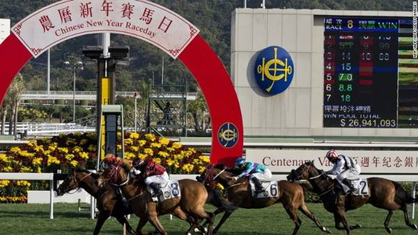 Cuộc đua ngựa đầu năm mới ở trường đua Sha Tin (Hong Kong, Trung Quốc) được tổ chức vào ngày mùng 3 âm lịch hàng năm (tức ngày 30/1 năm nay). Người Hong Kong rất thích cá cược, vì vậy Tết Nguyên Đán là dịp tốt để thử vận may. Ngay cả những người không đam mê đua ngựa vẫn bị thu hút bởi những màn biểu diễn sống động, hoặc tới đây xem phong thủy và rút quẻ đầu năm. Du khách tới trường đua vào Tết Nguyên Đán nên mặc trang phục màu nâu, vàng hoặc đỏ, những màu được cho là may mắn vào ngày hôm đó. Ảnh: CNN.