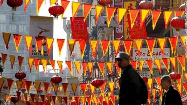 Tết Nguyên Đán chính là thời điểm thích hợp nhất để du lịch Chinatown. Chinatown ở thành phố San Francisco (Mỹ) là Chinatown lớn nhất nằm ngoài châu Á và lâu đời nhất tại Mỹ. Một loạt sự kiện lần lượt được tổ chức trong 15 ngày lễ hội, trong đó có cuộc diễu hành lớn gồm hơn 100 đoàn, kết hợp với những màn biểu diễn đặc sắc. Ảnh: CNN.