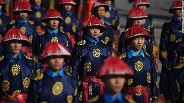 Công viên Địa Đàn là nơi tổ chức những bữa tiệc năm mới lớn nhất tại thủ đô Bắc Kinh, Trung Quốc. Bên cạnh đó, hội chợ hàng năm tại ngôi đền trong công viên sẽ đưa du khách trở lại thời xa xưa. Điểm nhấn của hội chợ là tiết mục tái hiện một buổi thiết triều thời nhà Thanh. Bên cạnh đó, hội chợ còn phục vụ những món ăn truyền thống như bánh bao hấp và các món hầm cay. Năm nay hội chợ sẽ diễn ra từ ngày 27/1 đến ngày 3/2.