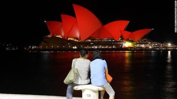 Thành phố Sydney (Australia) là một trong những thành phố nước ngoài đông người Trung Quốc nhất. Những địa danh mang tính biểu tượng của thành phố như Nhà hát Opera Sydney, Cầu Cảng Sydney và Tòa thị chính sẽ được ánh đèn đỏ chiếu sáng trong dịp Tết. Những chiếc đèn lồng mang biểu tượng các con giáp được trang trí khắp thành phố. Ảnh: CNN.