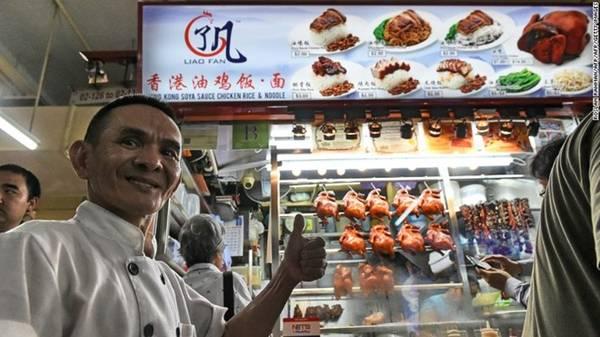 Du khách có thể bắt đầu năm Đinh Dậu bằng việc thưởng thức một suất ăn ngon lành với giá chưa đến 2 USD tại tiệm cơm và mì gà sốt xì dầu Liao Fan Hong Kong ở Singapore. Cửa hàng nhỏ ven đường này đã thu hút sự chú ý trước cả khi nhận được một sao Michelin danh giá năm 2016. Tại Singapore, quảng trường Kreta Ayer và cuộc diễu hành Chingay ở Chinatown là những lựa chọn hàng đầu để đón Tết Nguyên Đán. Ảnh: CNN.