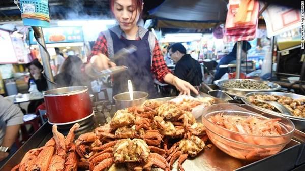 Với những người thích thưởng thức ẩm thực trong hai tuần nghỉ lễ, chợ đêm Nhiêu Hà ở Đài Bắc (Đài Loan, Trung Quốc) chính là địa điểm lý tưởng. Khu chợ dài 600 m, hai bên đường là các quầy thức ăn đường phố và những trò chơi dân gian. Ngoài bánh tiêu hay xiên hải sản, những người tới đây thường ăn lẩu cùng bạn bè và gia đình. Ảnh: CNN.