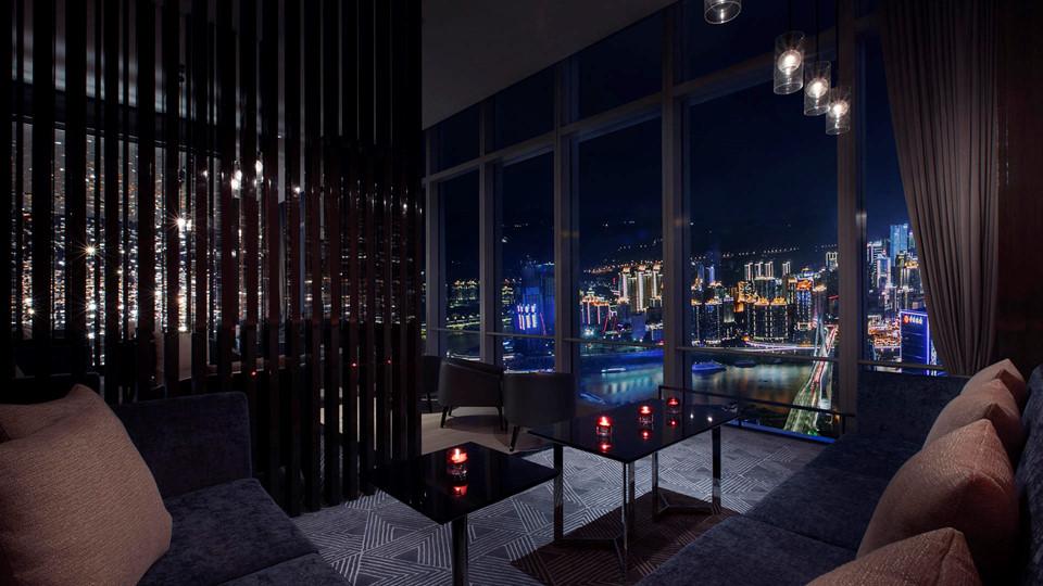 """14. Niccolo Changsha, Trung Quốc: Đây là một """"khách sạn bầu trời"""" đúng nghĩa, bởi nơi này nằm ở những tầng trên cùng của tòa tháp 93 tầng nằm ở thủ phủ tỉnh Hồ Nam, Trung Quốc. Khách sạn có tổng cộng 243 phòng, 3 nhà hàng ăn uống, một hồ bơi trên thượng, khu spa riêng, cùng một số địa điểm được định sẵn sẽ trở thành khu giải trí siêu sang."""