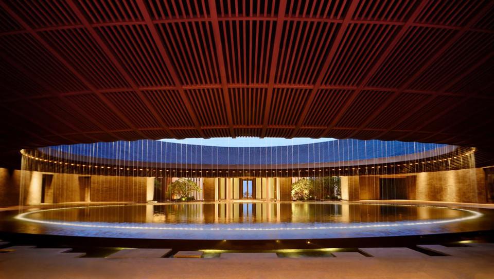 """15. Capella Sanya, Trung Quốc: Thêm một khách sạn mới khác của Trung Quốc lấy cảm hứng từ Con đường tơ lụa nổi tiếng. Khách sạn Capella Sanya nằm trên đảo Hải Nam, nơi được ví là """"Hawaii của Trung Quốc"""". Nơi đây có những phòng và biệt thự sang trọng nhất hòn đảo, nổi bật trong đó là những căn hộ rộng tới 440 m dành riêng cho những kỳ nghỉ dài ngày."""
