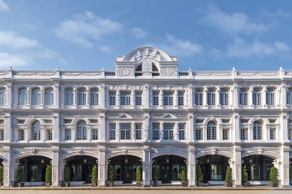 1. The Capitol Kempinski Hotel, Singapore: Khách sạn Capitol Kempinski nằm ngay gần tòa nhà quốc hội của Singapore, biến nơi này trở thành địa điểm lý tưởng đón tiếp ngoại giao của đất nước. Nội thất bên trong khách sạn cực kỳ sang trọng, pha trộn nét hiện đại và truyền thống với 157 phòng và đầy đủ mọi tiện ích giải trí xa xỉ nhất.