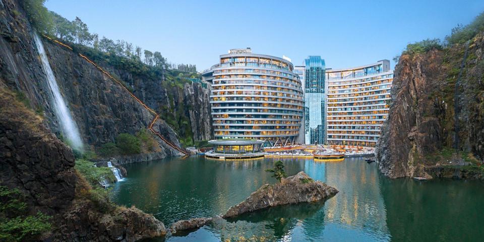 5. InterContinental Shanghai Wonderland, Trung Quốc: Với chi phí xây dựng 500 triệu USD, InterContinental Thượng Hải có thể coi là một trong những khách sạn mới ấn tượng nhất thế giới. Được xây dựng dưới một mỏ đá bỏ hoang, khách sạn gồm 18 tầng nằm dưới lòng đất, 2 tầng dưới lòng hồ, 336 phòng nghỉ sang trọng với hướng nhìn ra vách đá và thác nước.