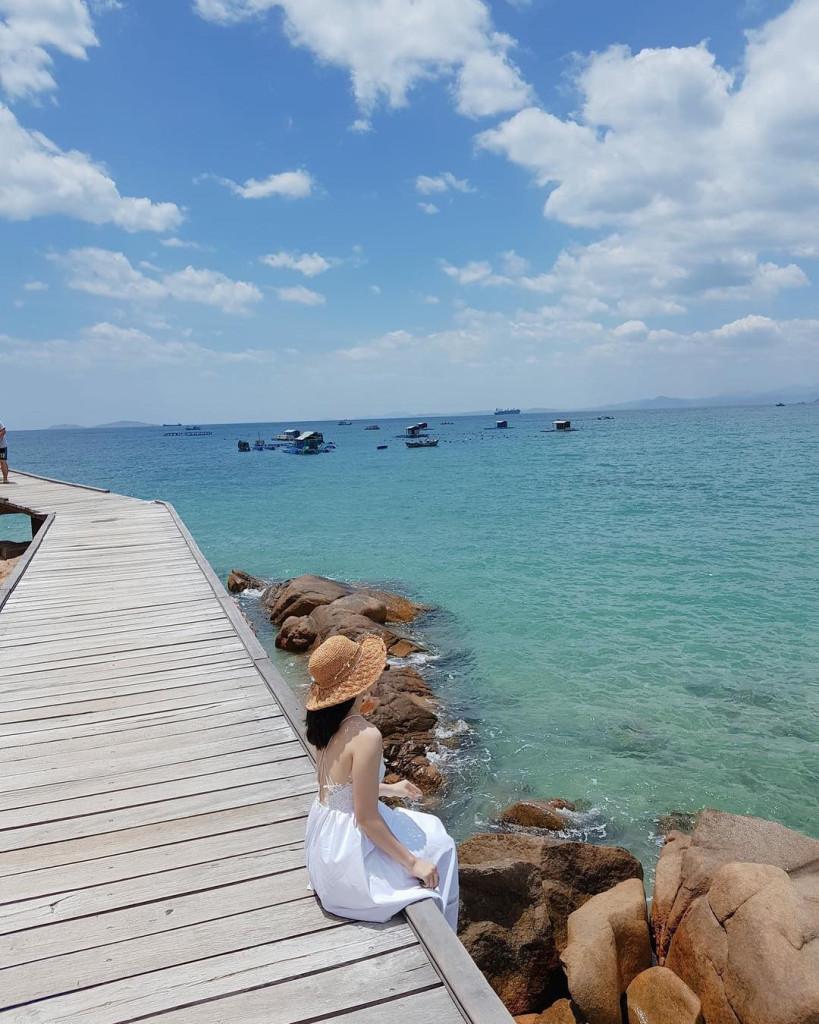 """Cầu gỗ Hòn Khô (Bình Định): Không chỉ là cái tên gây ấn tượng cộng đồng mạng với con đường giữa biển, Hòn Khô còn khiến giới trẻ """"đứng ngồi không yên"""" với cây cầu gỗ sát vách núi lãng mạn. Trời xanh mây trắng, biển cả và núi rừng tạo nên một khung cảnh vô cùng hoàn mỹ cho các tín đồ """"sống ảo"""". Ảnh: @huyenchul76, @tuongviiy, @hloan2809, @thainho2904."""