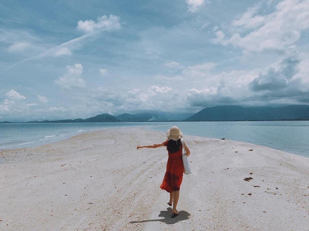 Con đường giữa biển được du khách ví như thiên đường trên nước, bởi đứng ở đây bạn có thể hòa mình vào trời xanh, xung quanh là biển rộng bao la, cảm giác như lạc vào xứ sở thần tiên. Ảnh: @viekabyy_ , @lamxu192.