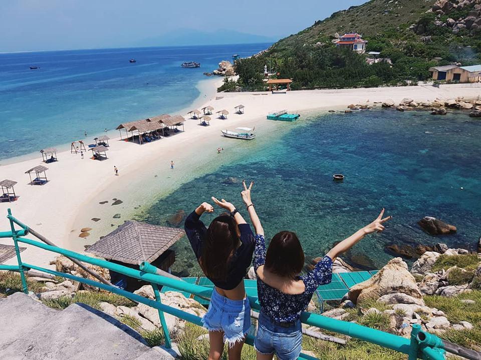 Đảo Yến (Khánh Hòa): Cách đất liền khoảng 25 km về phía đông bắc, đảo Yến rất thu hút du khách với cảnh đẹp tuyệt vời như thiên đường. Hòn đảo này có bãi tắm đôi một bên nóng, một bên lạnh do các dòng chảy tạo nên. Bạn có thể thoải mái trải nghiệm tại bãi tắm đôi duy nhất ở Việt Nam này. Ảnh: @xuyenngatang.