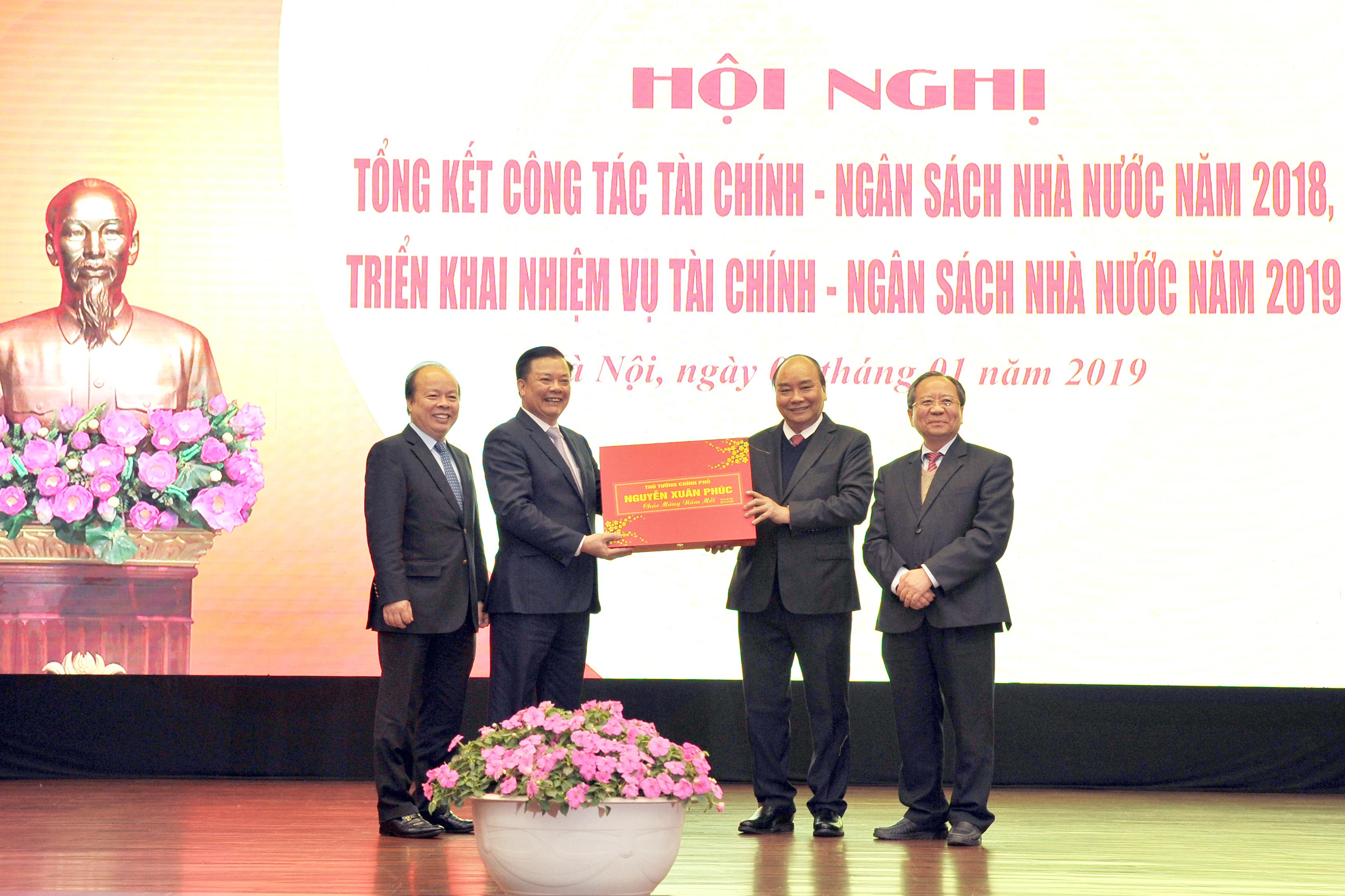 Thủ tướng Nguyễn Xuân Phúc chúc mừng thành tích nổi bật của ngành Tài chính năm 2018.