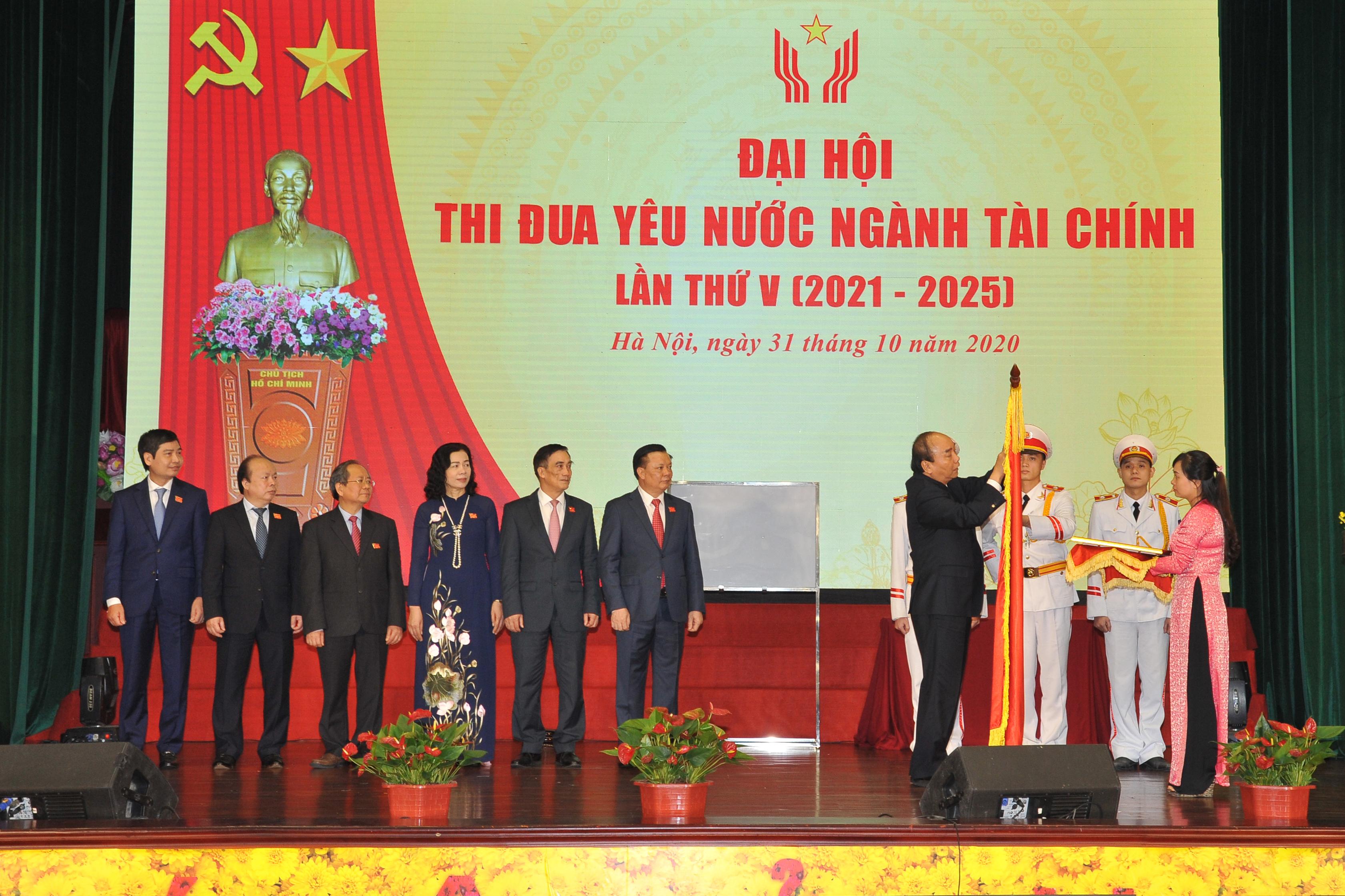 Thủ tướng Nguyễn Xuân Phúc, Chủ tịch Hội đồng Thi đua - Khen thưởng Trung ương thay mặt Đảng, Nhà nước gắn Huân chương Độc lập hạng Nhất lên lá cờ truyền thống của ngành Tài chính.