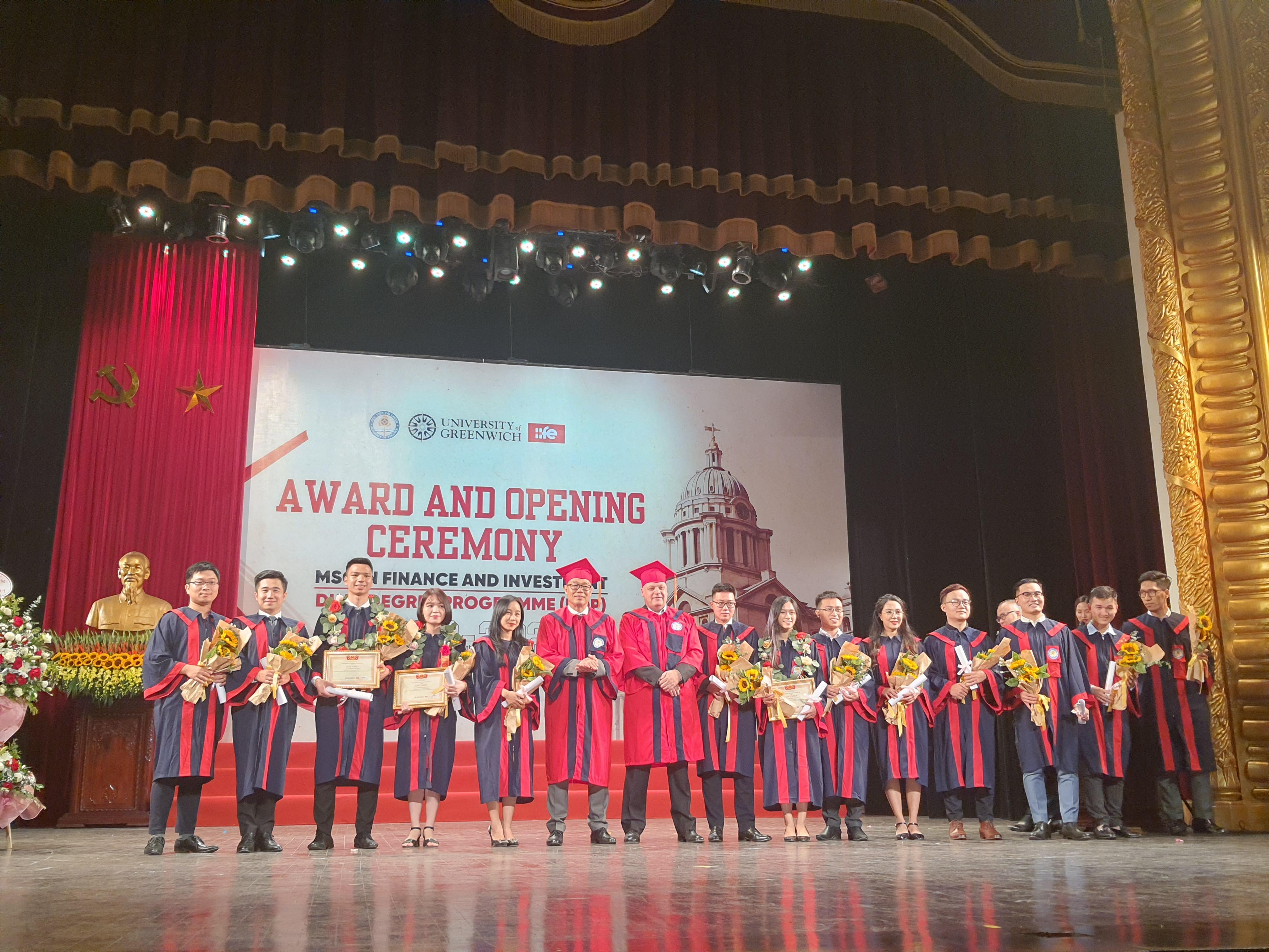 Viện Đào tạo Quốc tế trao bằng tốt nghiệp cho các sinh viên.