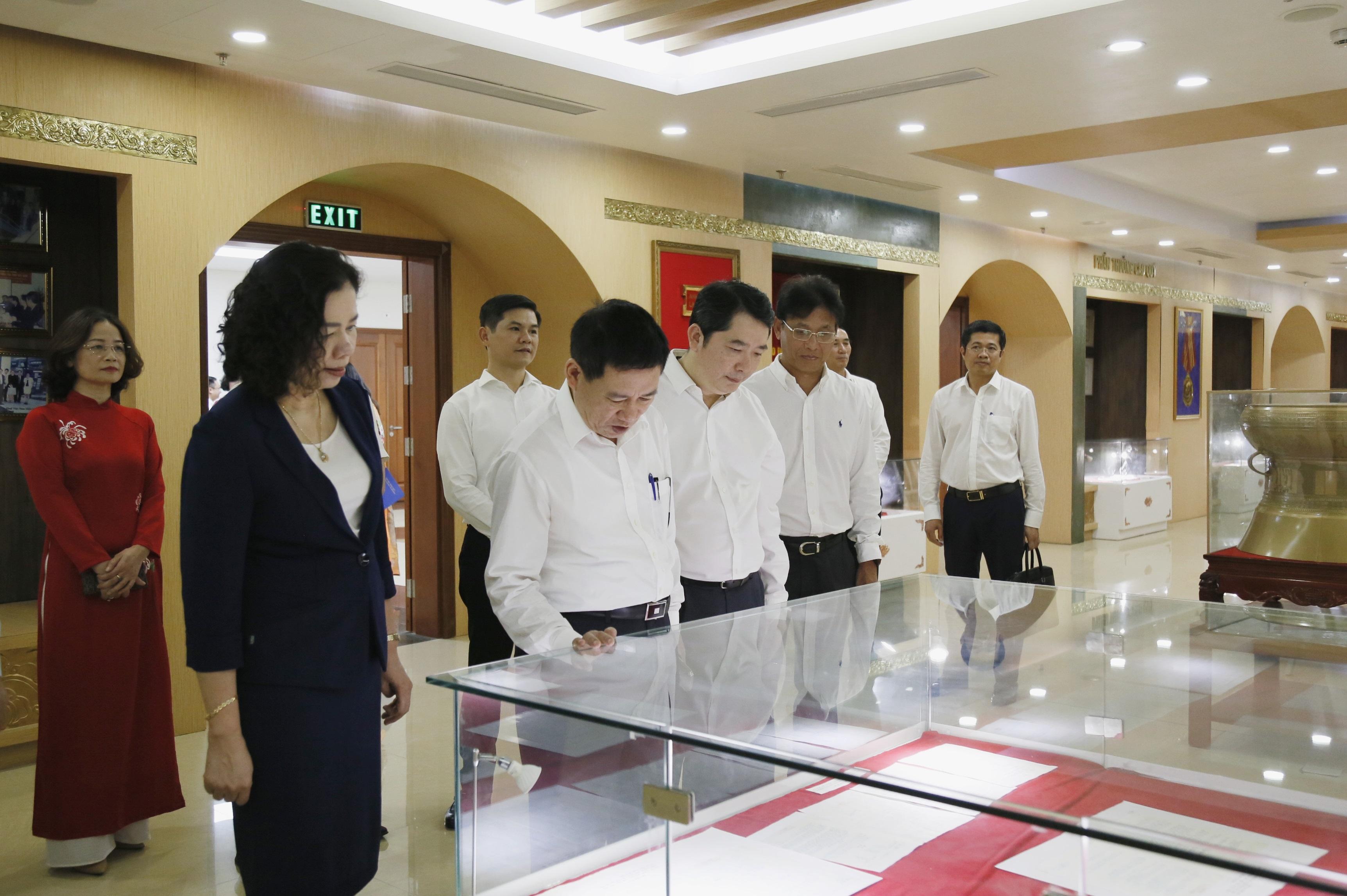 Bộ trưởng Hồ Đức Phớc và Thứ trưởng Vũ Thị Mai thăm Phòng Truyền thống ngành Thuế.
