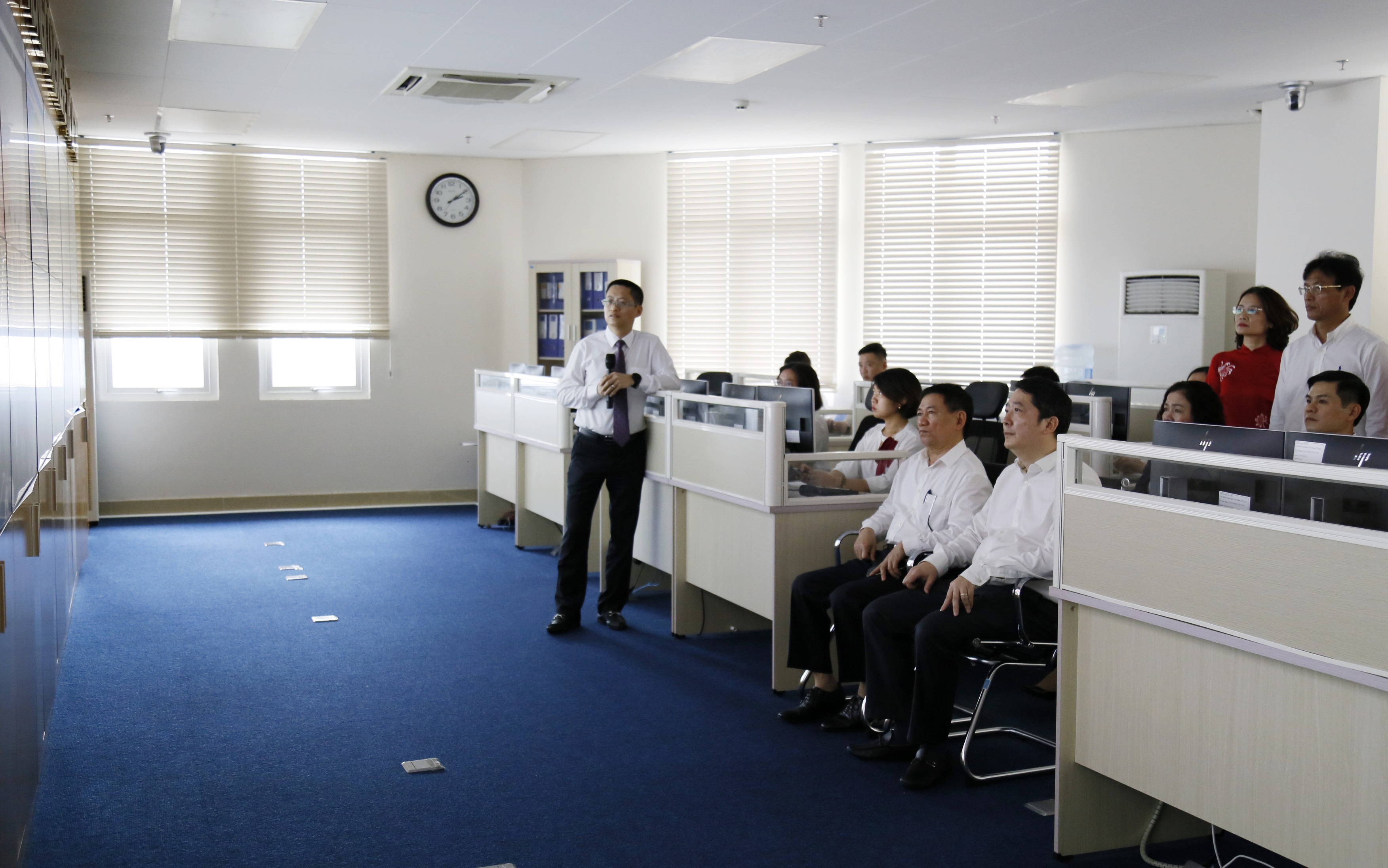 Bộ trưởng Hồ Đức Phớc nghe giới thiệu về hoạt động của Trung tâm Giám sát hệ thống công nghệ thông tin Tổng cục Thuế.