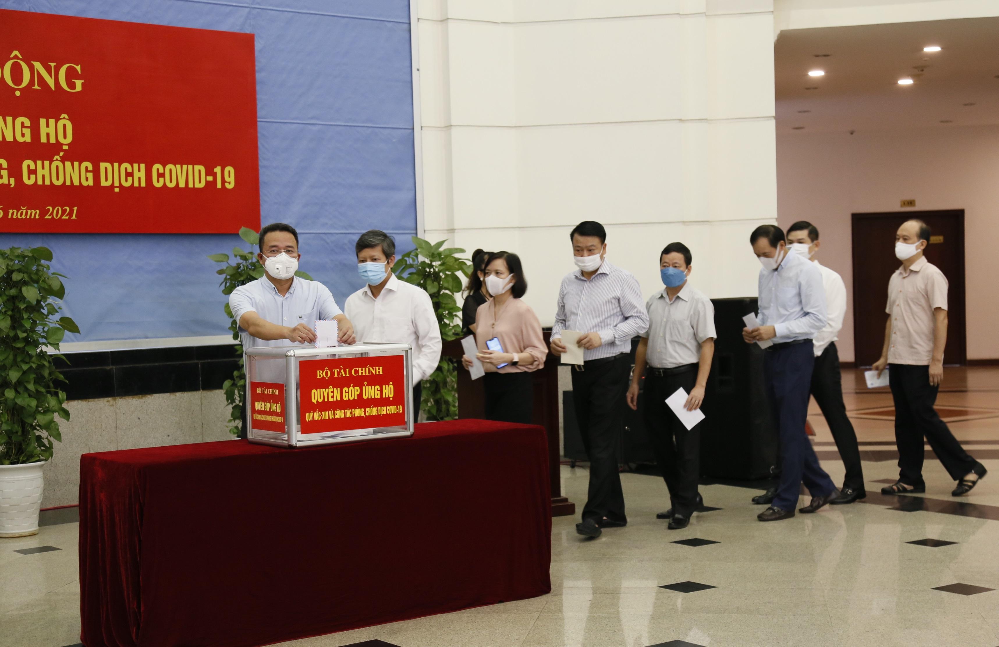 Lãnh đạo các tổng cục, cục, vụ thuộc Bộ và công chức, viên chức, người lao động có mặt tại buổi lễ thực hiện quyên góp, ủng hộ Quỹ vắc xin và công tác phòng, chống dịch Covid-19.