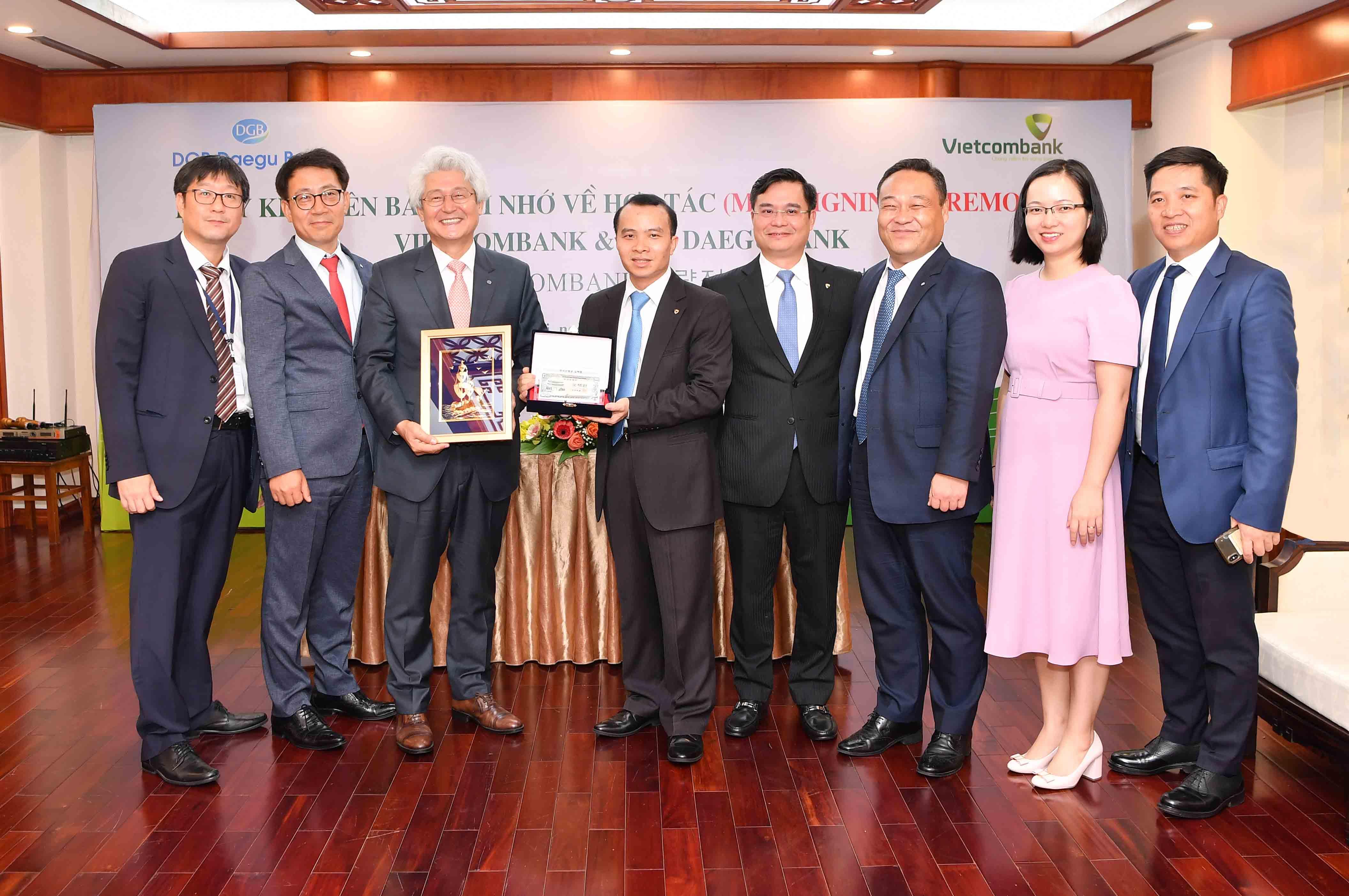 Đại diện lãnh đạo hai bên tặng quà lưu niệm và chụp ảnh sau lễ ký kết.