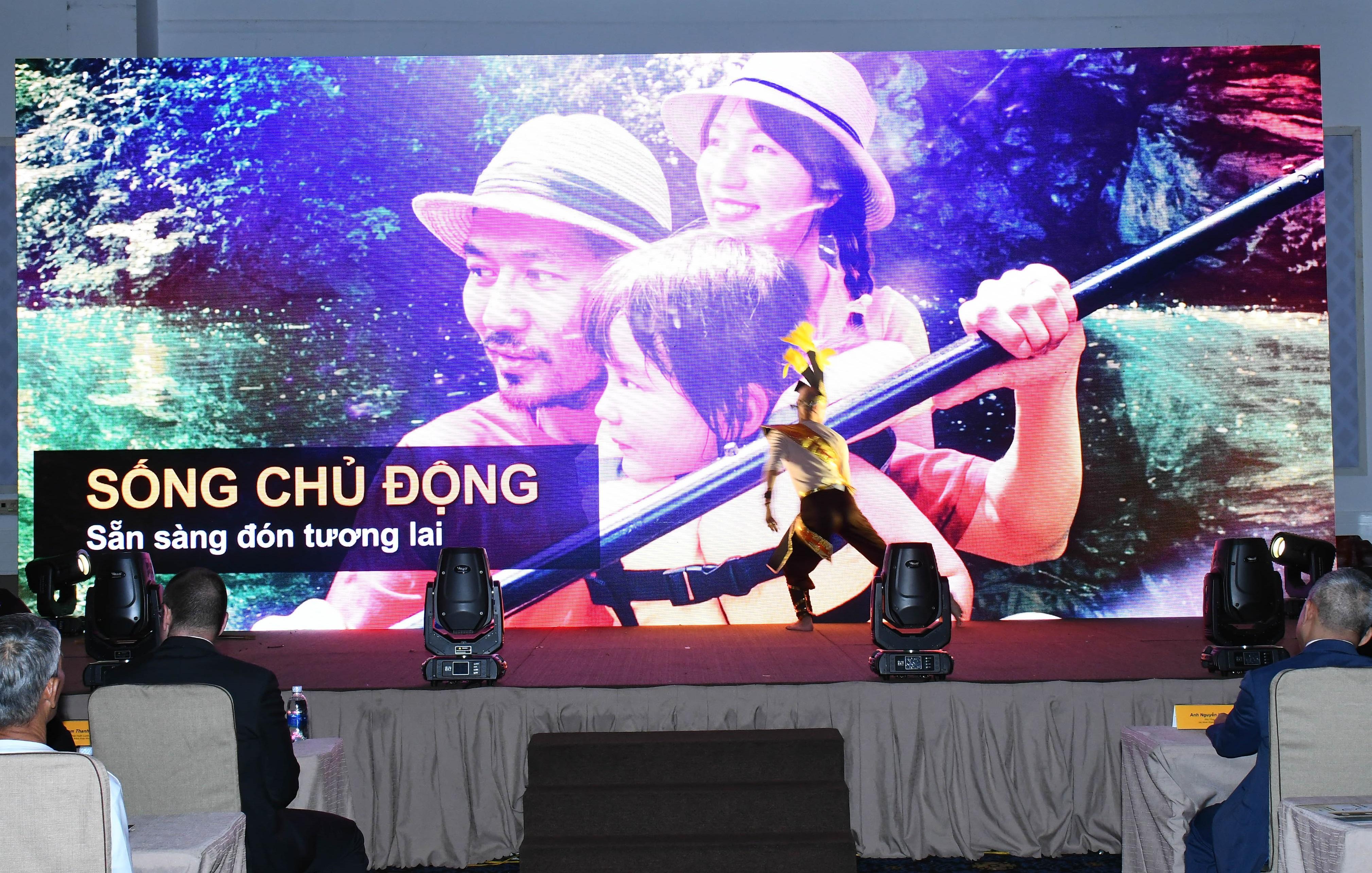 """Hơn 300 tư vấn viên - khách mời tham dự Lễ ra mắt sản phẩm mới """"SUN - Sống chủ động"""" tại TP. Hồ Chí Minh."""