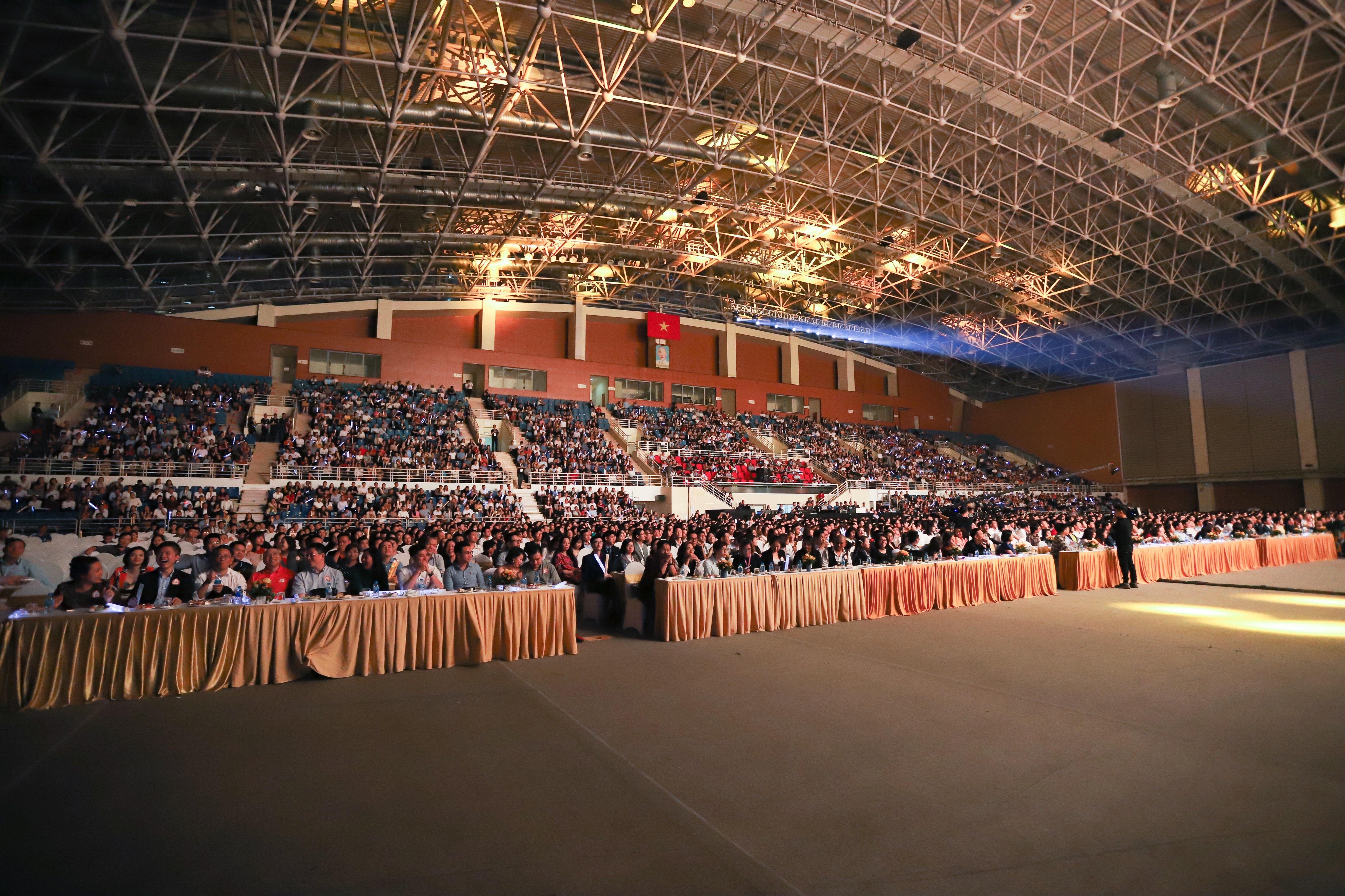 Lễ ra mắt cenhomes.vn được diễn ra tại Cung Điền kinh Quốc gia với hơn 6.000 khách mời tham dự.