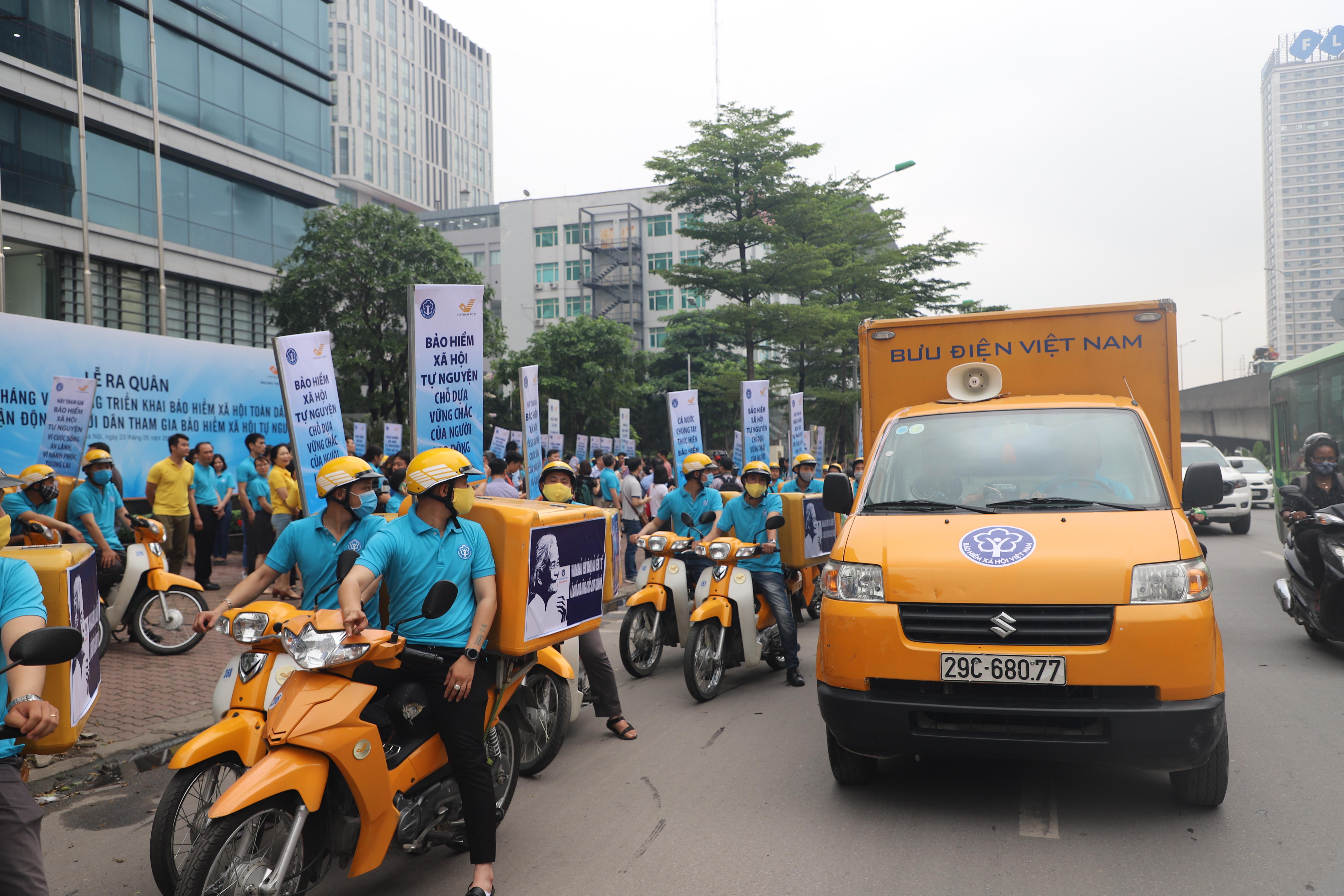 Đội tuyên truyền lưu động thực hiện tuyên truyền, vận động người dân tham gia BHXH tự nguyện (ngày 23/5/2020)