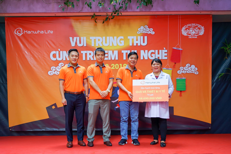 Ban lãnh đạo Hanwha Life Việt Nam trao quà tặng cho đại điện Trung tâm Bảo trợ Trẻ em Mồ côi và Khuyết tật Thị Nghè.