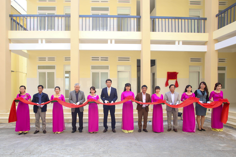 Ông Back Jong Kook (vị trí giữa), Chủ tịch HĐTV kiêm Tổng Giám đốc Hanwha Life Việt Nam cùng đại diện lãnh đạo huyện Krông Bông, đại diện đối tác Action Aid, ChildFund, AFV cùng cắt băng khánh thành Phòng khám Khoa Nhi - Sản khoa.