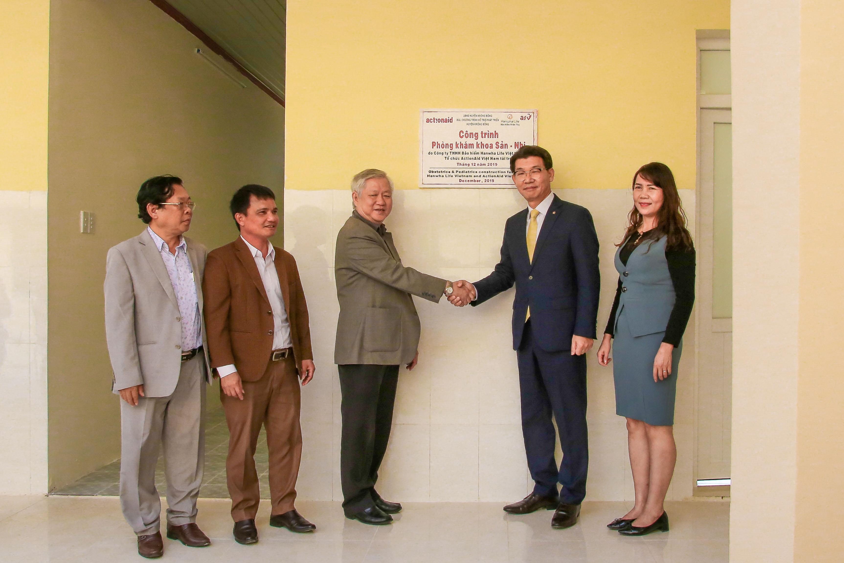 Ông Back Jong Kook, Chủ tịch HĐTV kiêm Tổng giám đốc Hanwha Life Việt Nam (thứ hai, bìa phải) bắt tay đại diện và Quỹ Hỗ trợ chương trình, dự án an sinh xã hội Việt Nam (AFV) tại buổi lễ trao Phòng khám Khoa Nhi-Sản khoa.