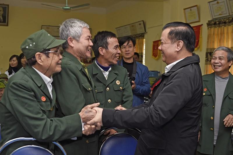 Bộ trưởng thăm hỏi động viên các thương bệnh binh tại Trung tâm điều dưỡng thương binh Nho Quan. Nguồn: MOF