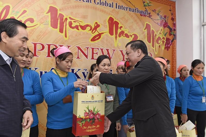 Bộ trưởng Đinh Tiến Dũng trao quà cho công nhân tại Khu công nghiệp Gián Khẩu. Nguồn: MOF