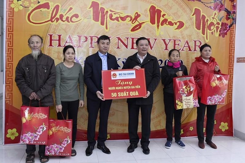 Bộ trưởng trao quà của Bộ Tài chính cho hộ gia đình khó khăn tại huyện Gia Viễn. Nguồn: MOF