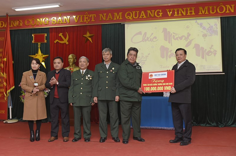 Bộ trưởng Đinh Tiến Dũng trao tặng quà của Bộ Tài chính cho thương, bệnh binh, cán bộ nhân viên Trung tâm điều dưỡng thương binh Nho Quan. Nguồn: MOF