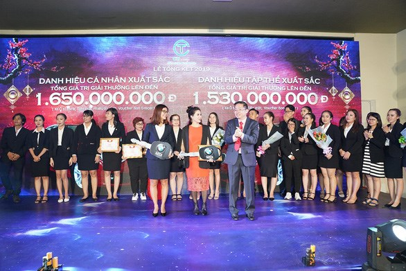 Chị Nguyễn Thị Mai Thu & Nguyễn Thị Kim Loan nhận phần thưởng cho danh hiệu cá nhân và tập thể xuất sắc là xe hơi BMW. Ảnh C.T Group