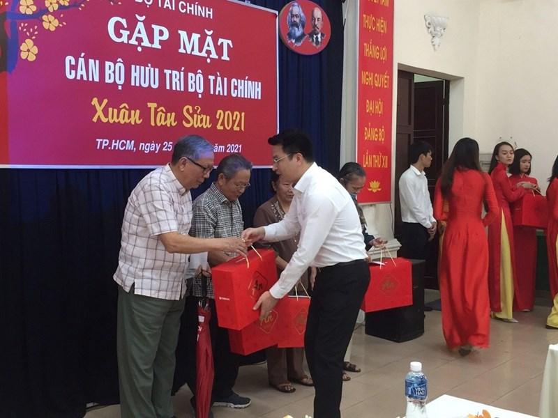 Chánh Văn phòng Bộ Tài chính Trần Quân tặng quà và mừng thọ cho các cụ cao tuổi tham dự. Ảnh Hoàng Nam