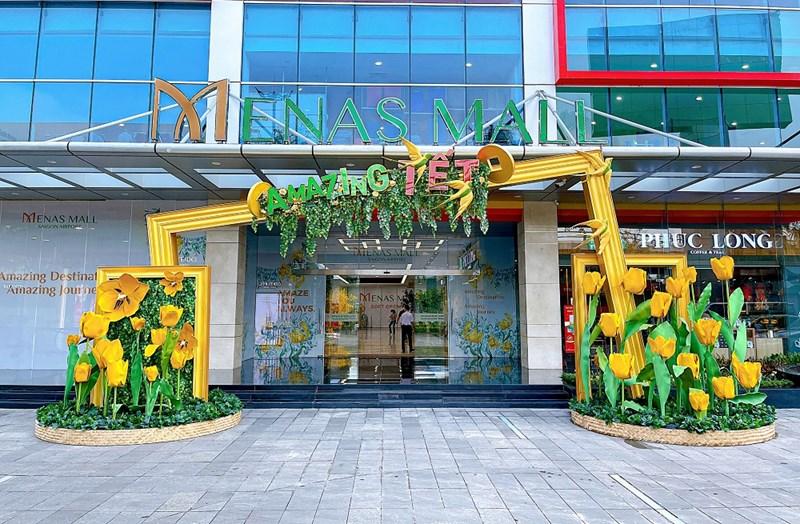 Cổng vào Menas Mall với hai phiên bản truyền thống & hiện đại cùng những bông hoa tulip khổng lồ. Ảnh: Phú Long.
