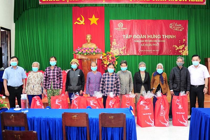 Đại diện Tập đoàn Hưng Thịnh và Lãnh đạo UBND xã Hoài Phú tặng quà cho bà con xã Hoài Phú (thị xã Hoài Nhơn, tỉnh Bình Định). Ảnh Hưng Thịnh.