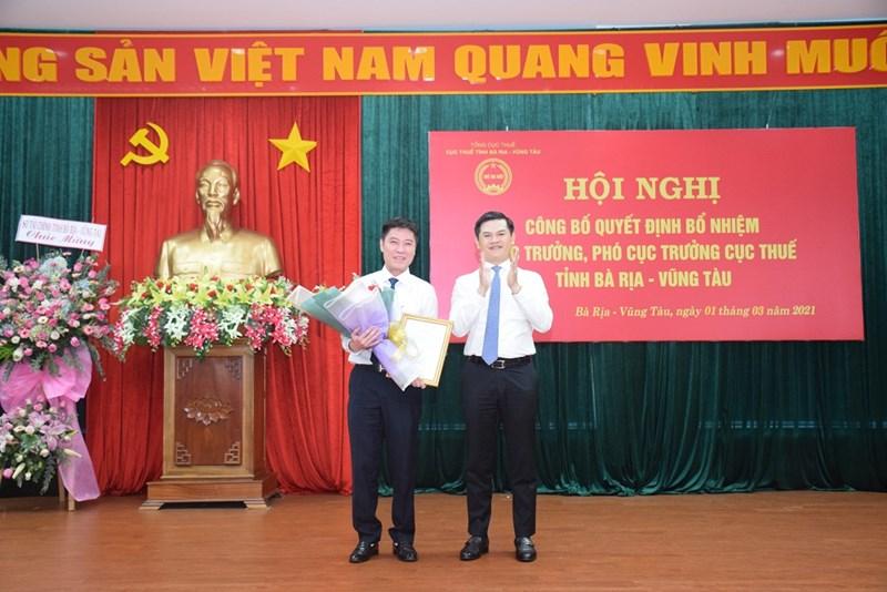 Ông Vũ Chí Hùng, Phó Tổng cục trưởng Tổng cục Thuế (phải) trao quyết định bổ nhiệm ông Trần Quang Hưng. Ảnh Cục Thuế Bà Rịa - Vũng Tàu.
