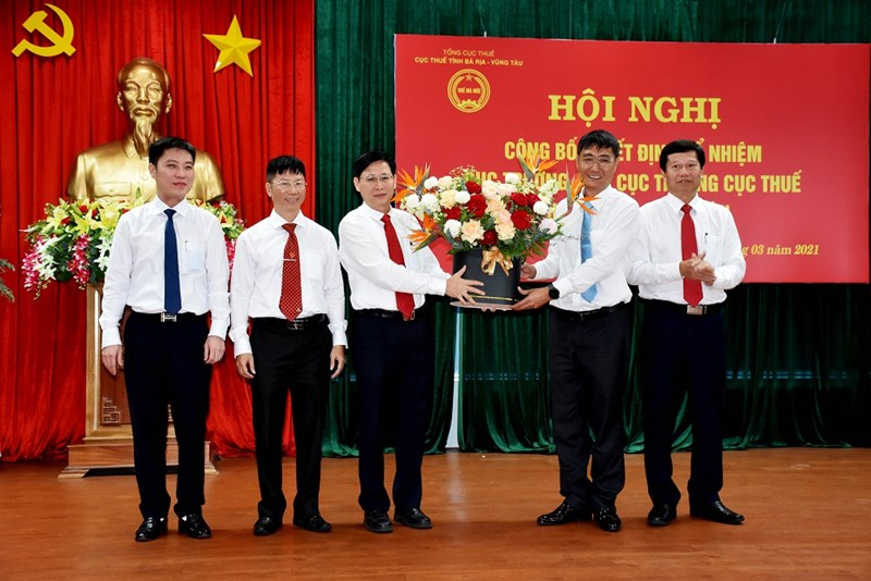 Ông Lê Ngọc Khánh, Phó Chủ tịch UBND Tỉnh tặng hoa chúc mừng ông Nguyễn Nam Bình và các Phó Cục trưởng Cục Thuế tỉnh Bà Rịa - Vũng Tàu. Ảnh Cục Thuế Bà Rịa - Vũng Tàu.