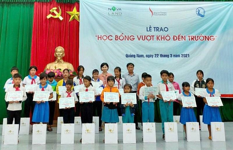 Tập đoàn Novaland thông qua Quỹ bảo trợ trẻ em Việt Nam và Quỹ STF - Phạm Phú Thứ trao tặng 95 phần học bổng cho học sinh tại huyện Nam Trà My. Ảnh Novaland