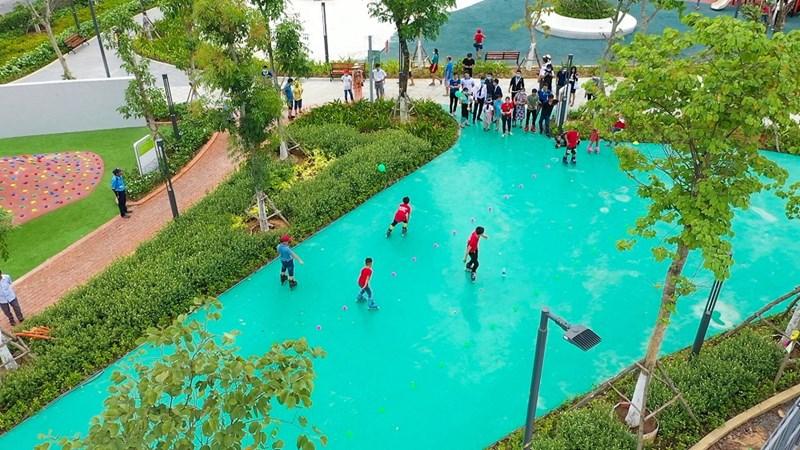 Sân trượt patin trong công viên Gem Sky Park thu hút nhiều bạn trẻ đến vui chơi. Ảnh DXG
