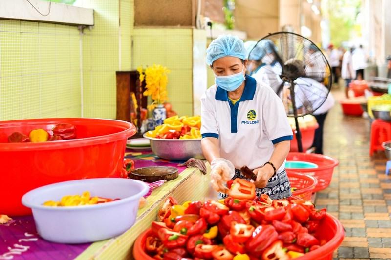 Từ ngày 1/4, bếp ăn từ thiện Phú Long hàng ngày cung cấp 300 suất ăn. Ảnh Phú Long