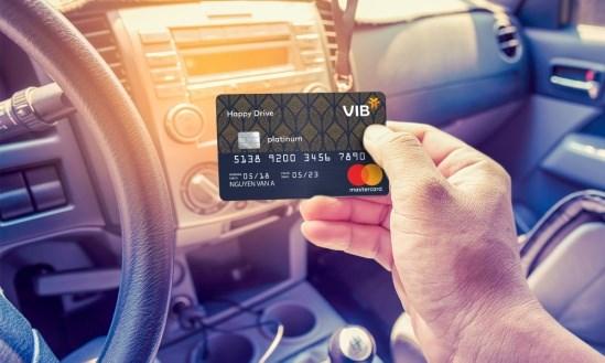 Dòng thẻ tín dụng Happy Drive hoàn tiền 30%phí dịch vụ tại Trung tâm/Xưởng bảo dưỡng xe ô tô, tặng đến 500 lít xăng mỗi năm và hạn mức lên đến 600 triệu đồng.Ảnh VIB