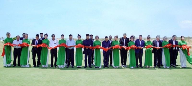 Đại diện Ban lãnh đạo Novaland và các khách mời cắt băng khai trương sân Golf PGA Ocean. Ảnh NVL